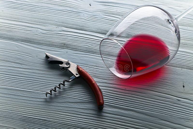 在木表的红葡萄酒 免版税库存照片