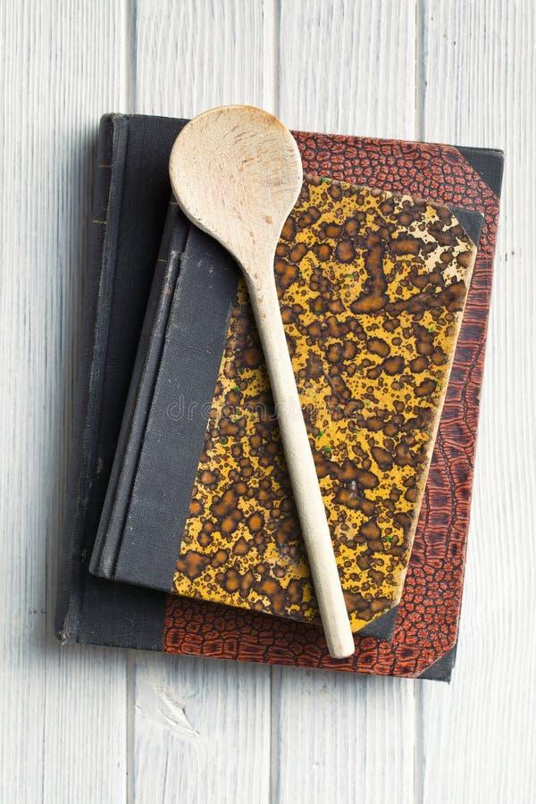 在木表的老食谱书 免版税库存图片