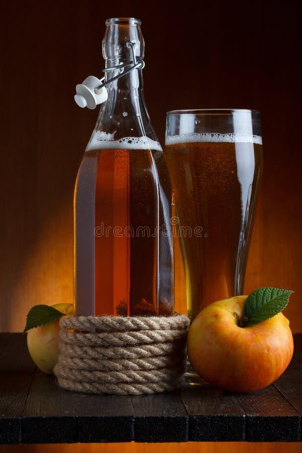 在木表的苹果汁 免版税库存图片