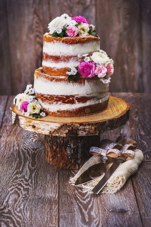 在木裁减立场的婚宴喜饼 库存图片