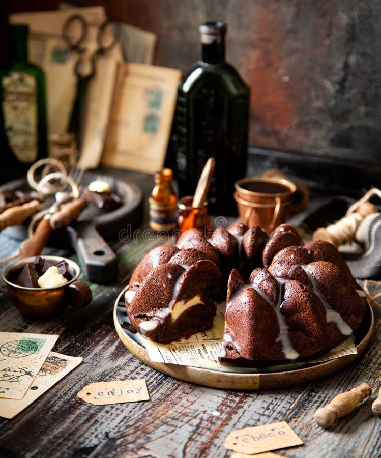 在木金属板架子的可口自创巧克力bundt蛋糕在土气桌上 库存照片