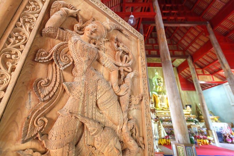 在木门的古老艺术样式在泰国寺庙 库存图片
