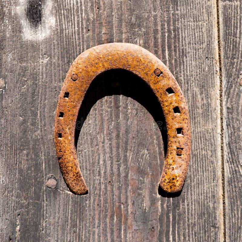在木门的幸运的马掌 库存照片