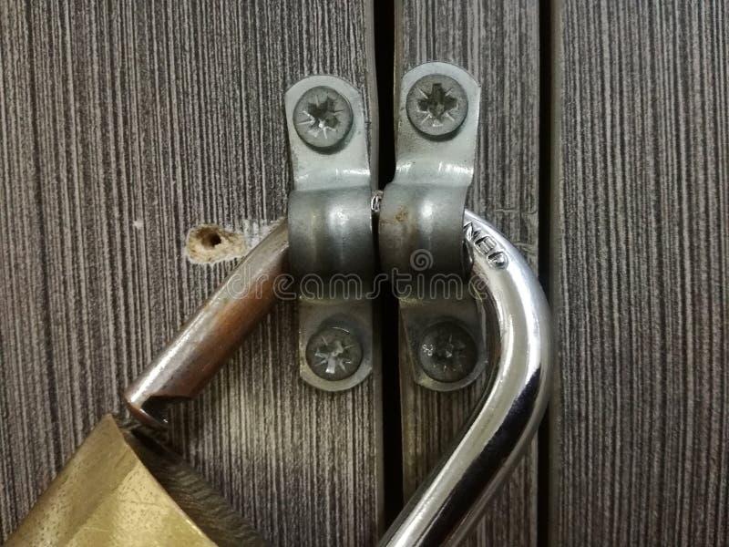 在木门的挂锁 库存图片