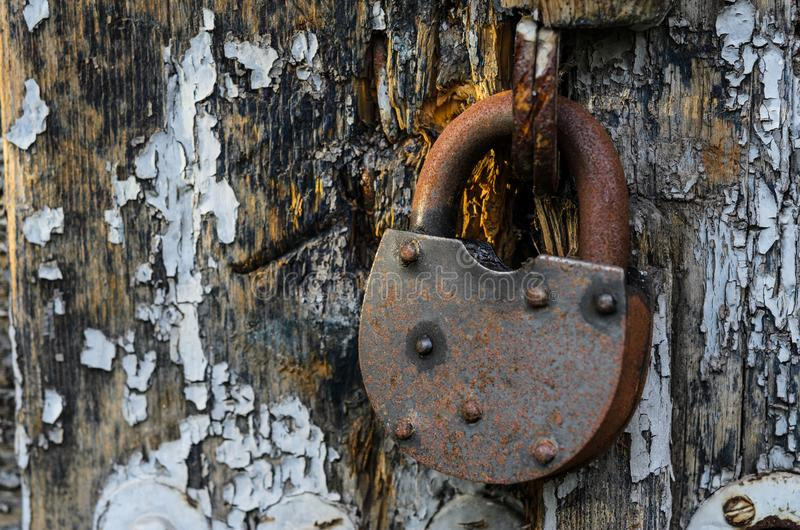 在木门的生锈的老锁 图库摄影