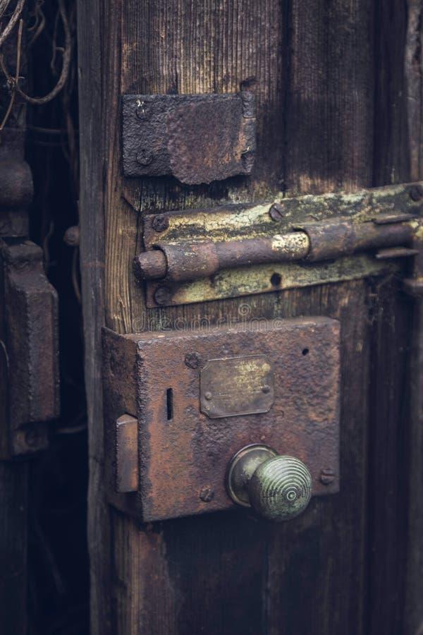 在木门的老挂锁 图库摄影
