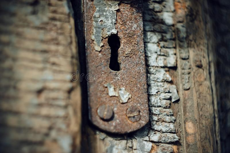 在木门的老金属匙孔 免版税库存图片