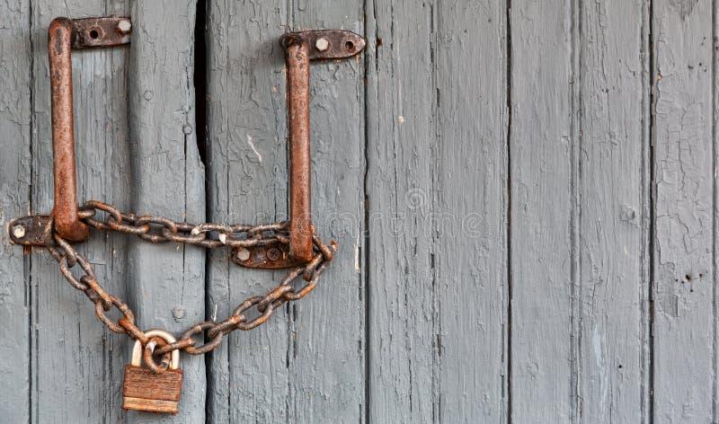 在木门的老锁 免版税库存照片