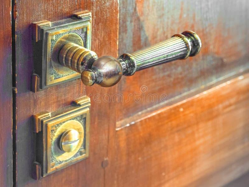 在木门的老门把手 库存照片