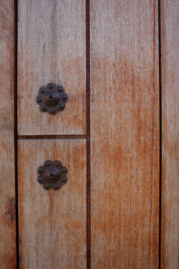 在木门的铁结 免版税库存图片