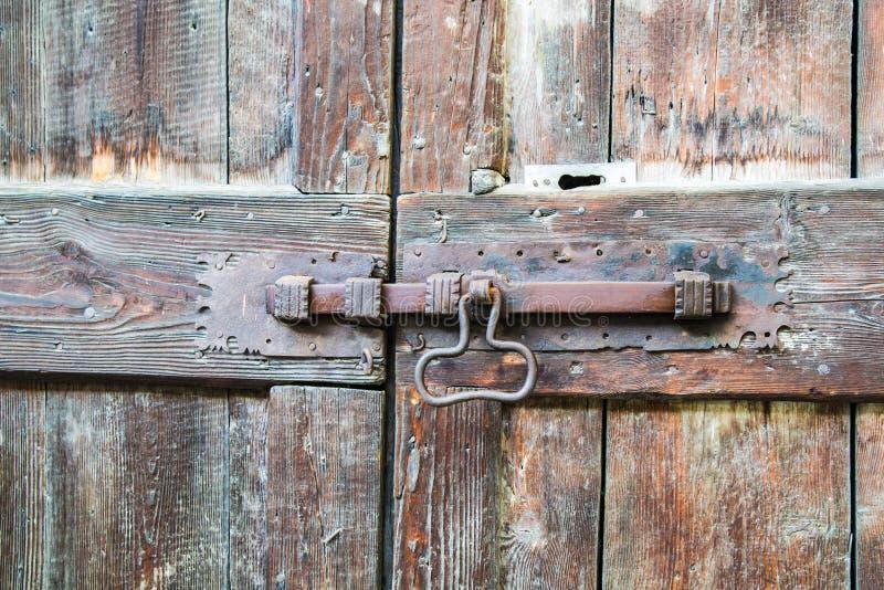在木门的Deadbolt 免版税库存照片