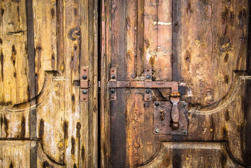 在木门的Deadbolt 免版税库存图片