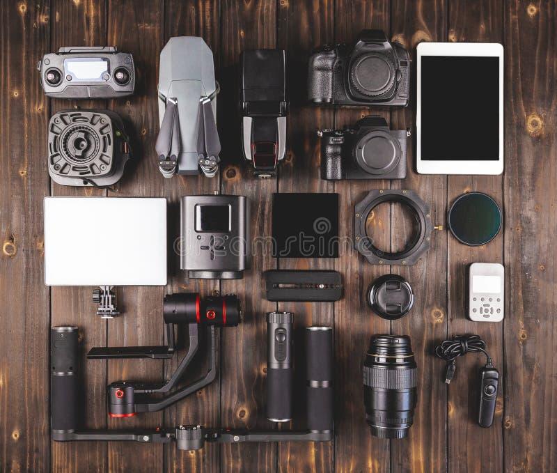 在木顶视图的照相机齿轮 免版税库存图片