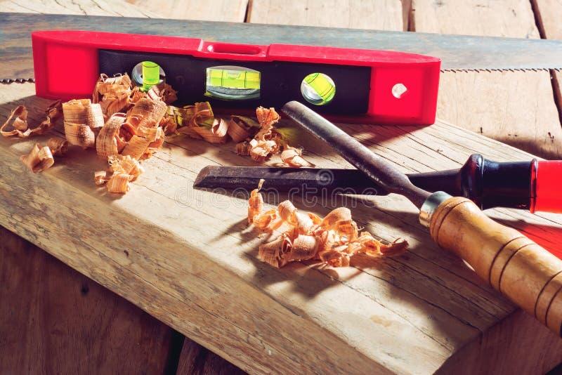 在木头和锯木屑的凿子 库存照片
