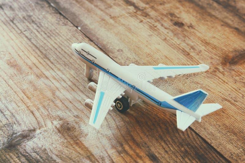 在木织地不很细桌的玩具飞机 棒图象夫人减速火箭的抽烟的样式 库存图片