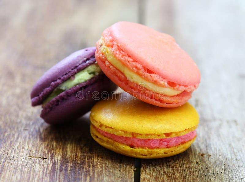 在木头堆积的五颜六色的法国蛋白杏仁饼干 图库摄影