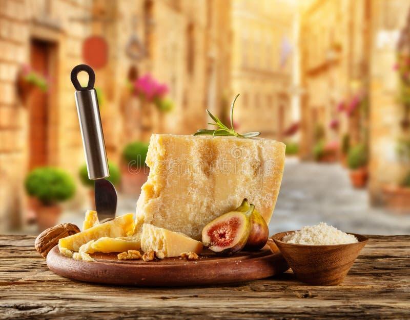 在木头安置的切板的帕尔马干酪 库存图片