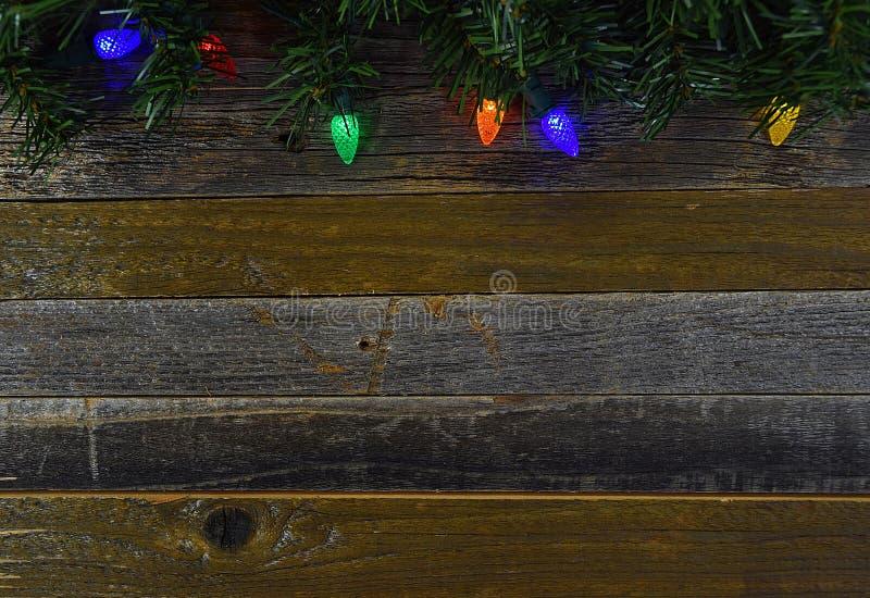 在木头的发光的圣诞灯 库存图片