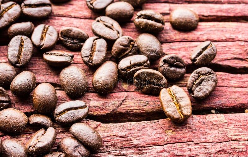 在木头的咖啡豆 免版税图库摄影