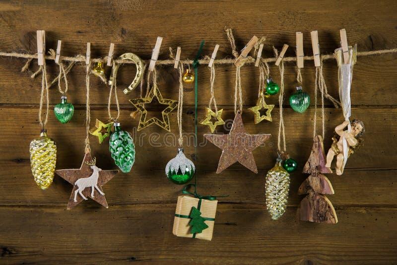 在木头的土气老圣诞节装饰 金子和棕色颜色 库存图片