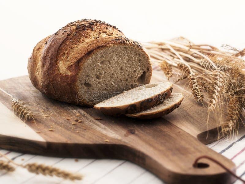 在木头的新鲜的黑麦面包 免版税库存图片