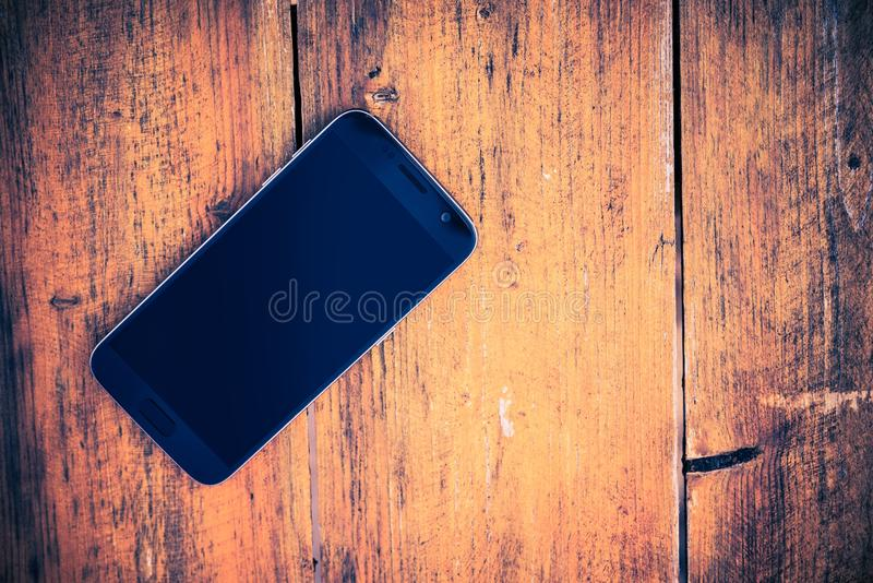 在木头的智能手机 库存图片