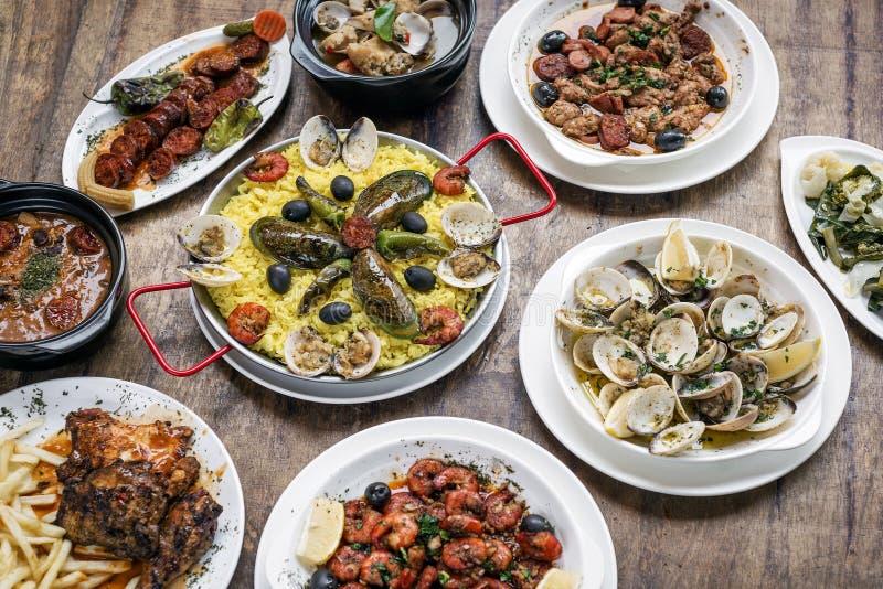 在木头的混杂的葡萄牙传统土气塔帕纤维布食物选择 库存图片