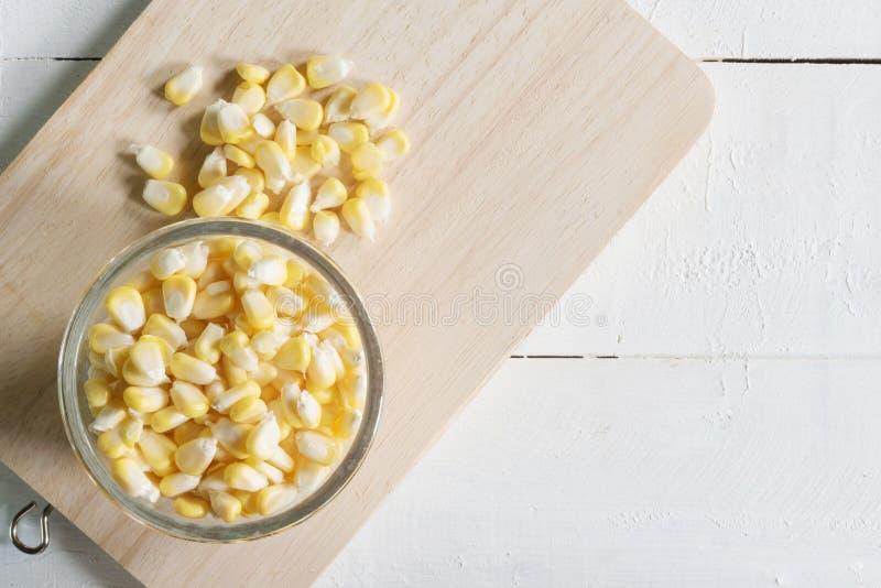 在木头的玉米 免版税库存照片