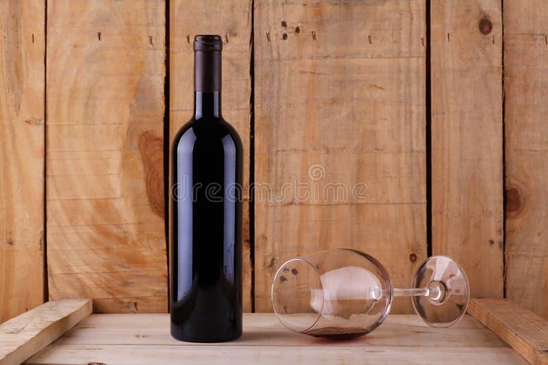 在木头的红葡萄酒 库存图片
