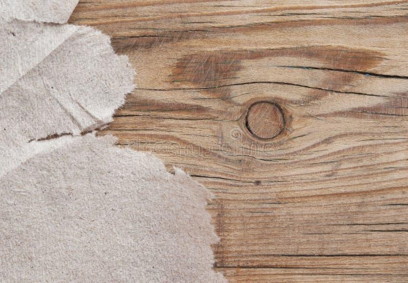 在木头的被撕毁的纸 库存图片
