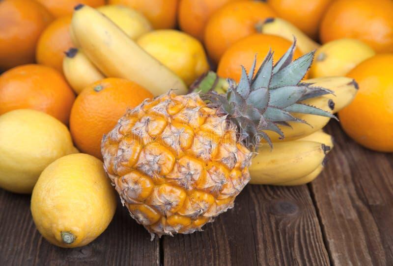 在木头II的热带水果混合 库存照片