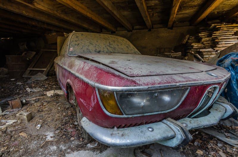 在木stadl的被放弃的红色BMW汽车 免版税库存照片