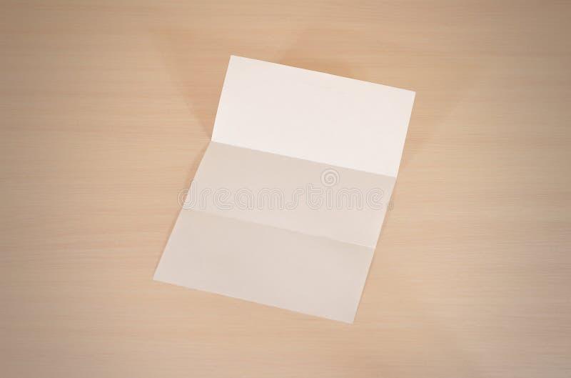 在木t的传单空白的三部合成的白皮书小册子大模型 免版税库存照片