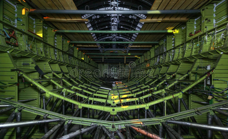 在未完成的苏联航天飞机里面 货物举行的金属框架 免版税库存图片