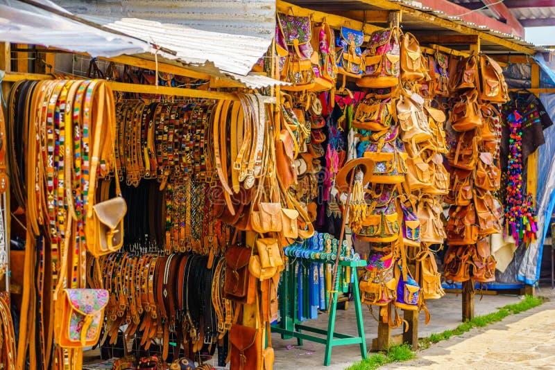 在本地产的皮革工艺品的看法在市场上在瓦哈卡-墨西哥 免版税图库摄影