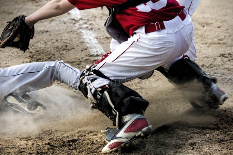 在本垒板的戏剧在青年棒球比赛 免版税库存图片
