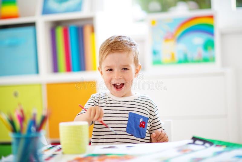 在本文的小孩图画在屋子里 库存照片