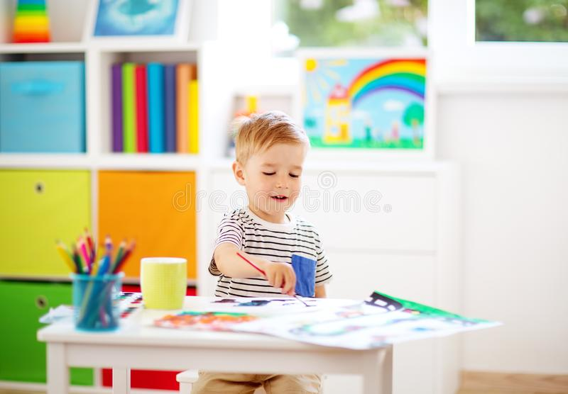 在本文的小孩图画在屋子里 免版税库存图片