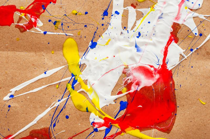在本文的白色和蓝色和黄色和红色伤疤 免版税库存照片