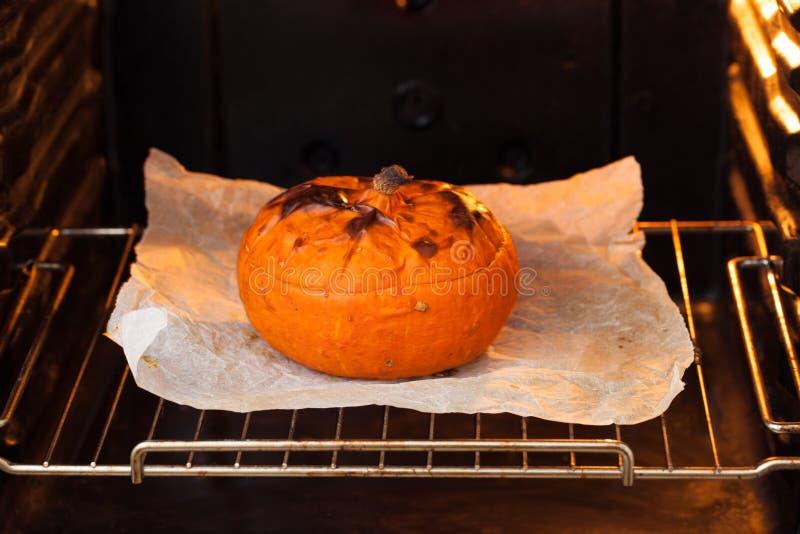 在本文的被烘烤的南瓜在烤箱 库存图片