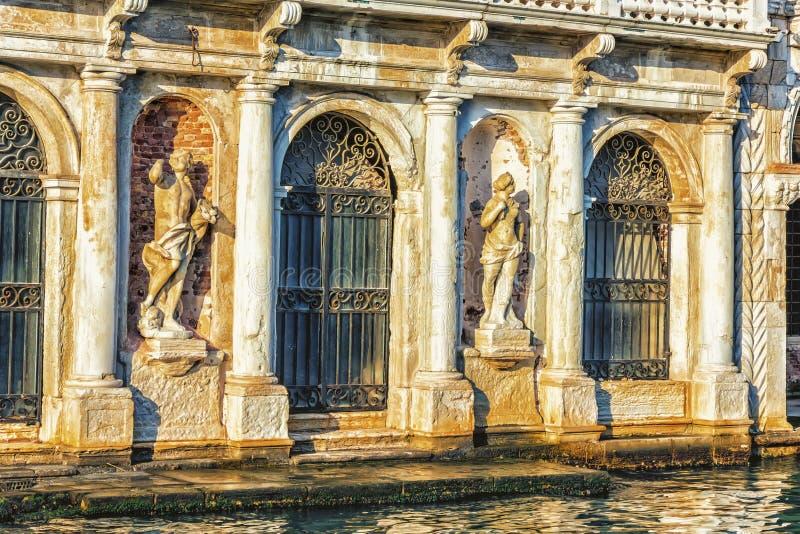 在朱斯蒂宫殿门面的雕象Ven大运河的  免版税库存图片