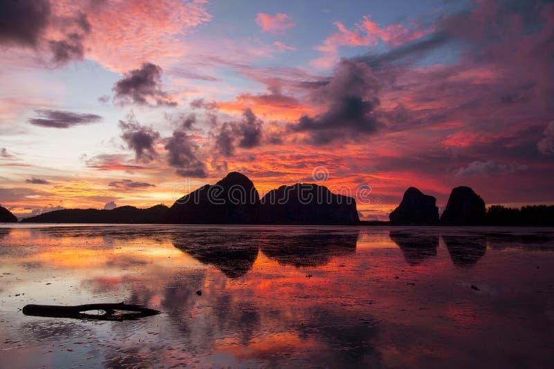 在朴蒙山海滩, Trang,泰国的日出 免版税库存图片