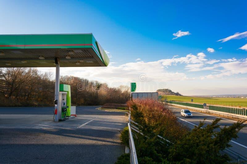 在机动车路的加油站 在加油站的日落 旅行在高速公路的汽车在日落 最大的速度 日落在mo 库存照片