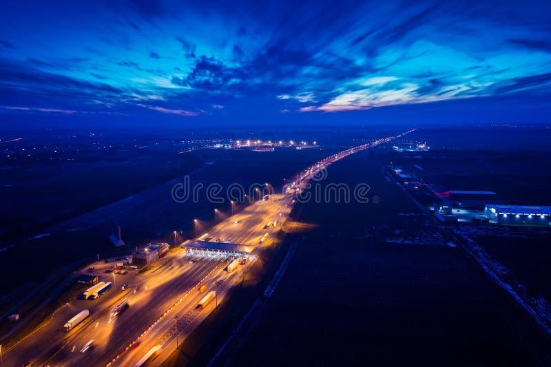 在机动车路的空中寄生虫视图有通行费汇集点的 库存照片