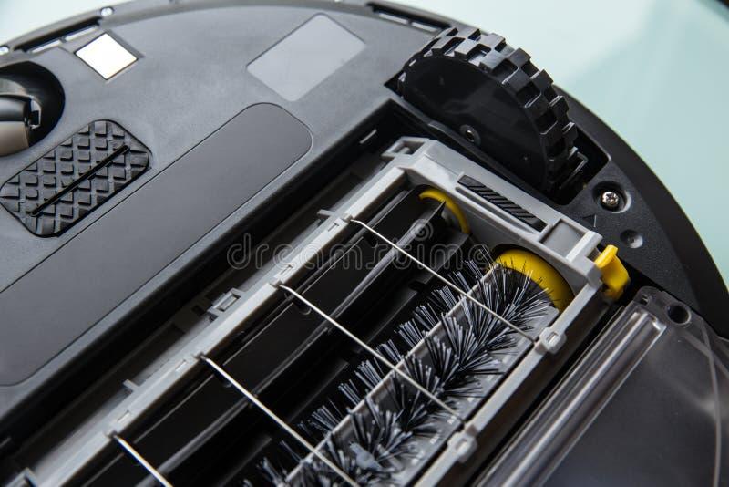 在机器人吸尘器转动的刷子下 库存照片