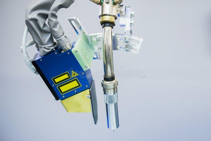 在机器人胳膊的气体切削刀 免版税库存图片