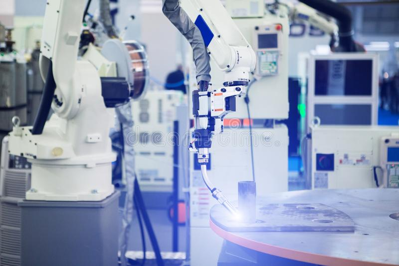在机器人胳膊的气体切削刀 免版税库存照片