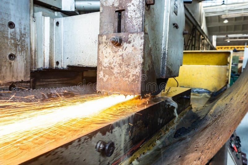在机器的研的部分用水 金属化处理与在一台平的磨床的火花 库存照片