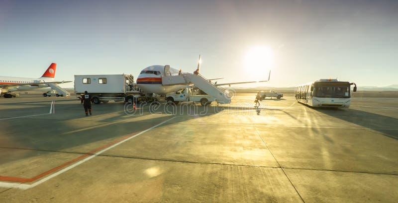 在机场为服务的飞机 免版税库存照片