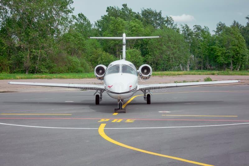 在机场停放的小喷气机飞机在机场 库存照片